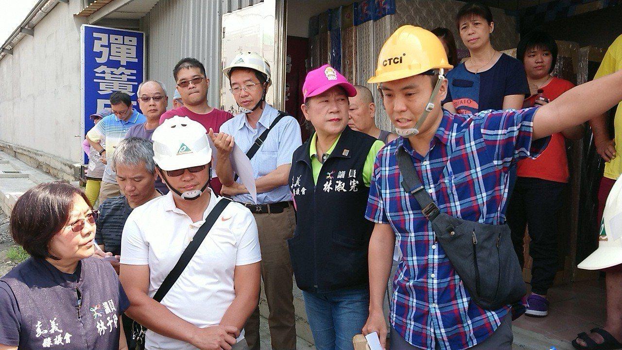 嘉義縣議員林于玲(左)與營建署南工處人員協商,工程如何符合地方需求。記者卜敏正/...