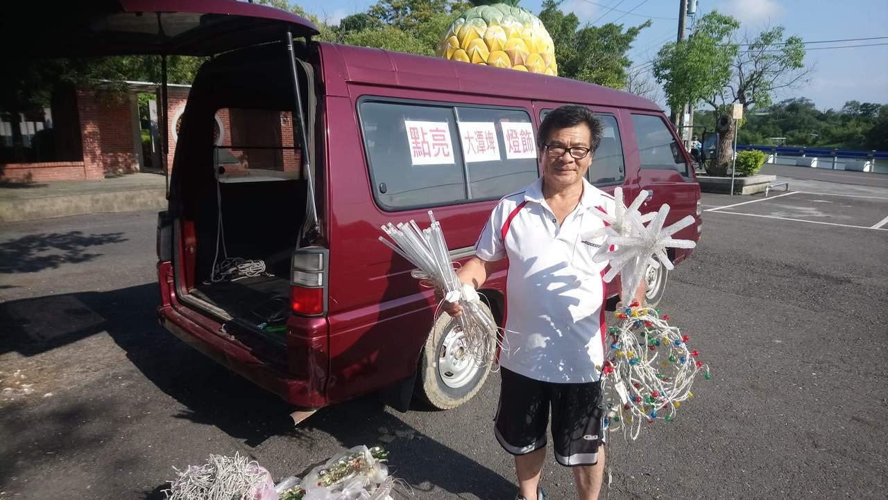 台南鳳梨節夜間會場較陰森,志工發起捐借舊燈飾。圖/吳宗寶提供