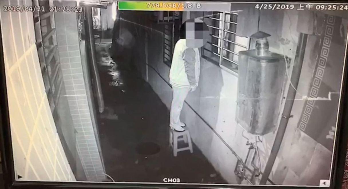 新北市永和區一名男子報案表示,他近日安裝了新監視器後,才發現鄰居沐浴時,遭兩名男...