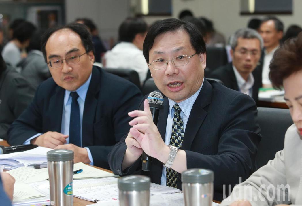 經濟部次長林全能表示99年5月開始實施產創條例當時,營所稅為2857億元,實施幾...
