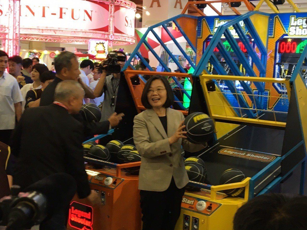 蔡英文總統今天上午出席「2019台灣電子遊戲機國際產業展」時,也當場玩起投籃機。...