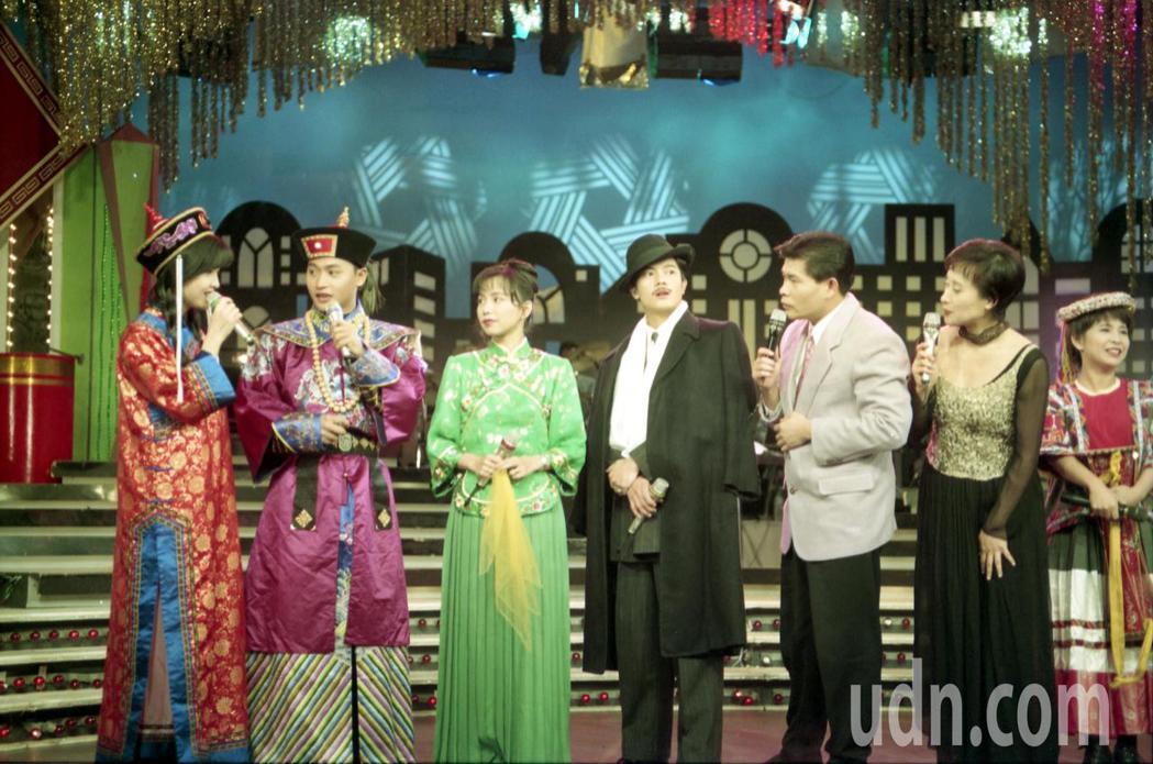 1994年台視「玫瑰之夜」錄過年特別節目。圖為周慧敏(左)、陳志朋(左二)、澎恰...