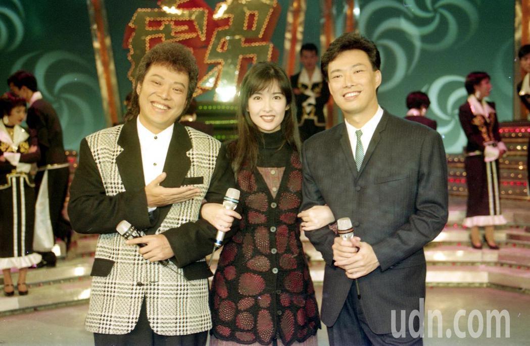 1993年周慧敏上台視「龍兄虎弟」。圖為主持人張菲(左)、費玉清(右)、來賓周慧...