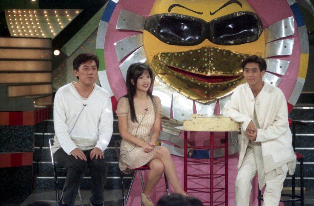 1994年華視「金曲龍虎榜」的節目單元「雞同鴨講」,圖為林志穎(右)、張宇(左)...
