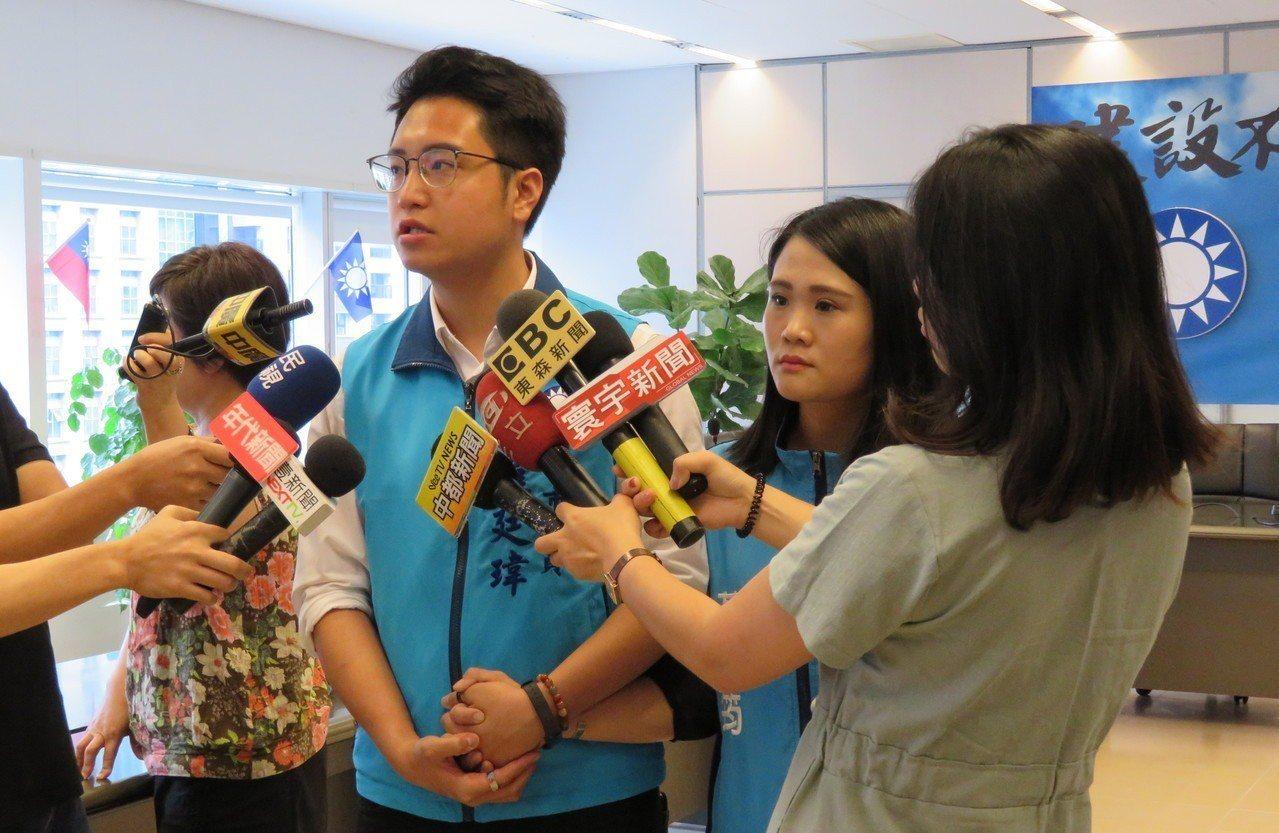 遭控不當肢體碰觸的國民黨議員羅廷瑋(左二),今上午與妻子出面受訪否認。羅廷瑋說,...