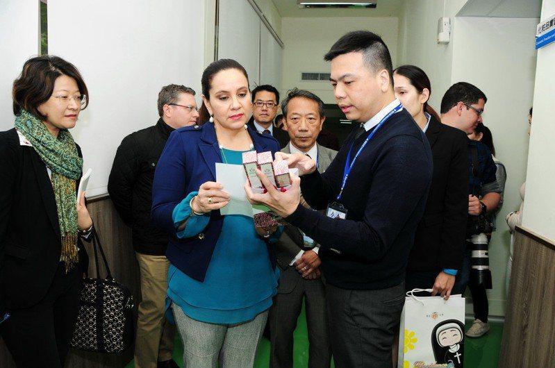 宏都拉斯第一夫人葉安娜(左三)參訪靜宜大學,肯定該校通過國際化粧品認證,也是台灣最具規模、符合GMP規範的「化粧品實習示範工廠」。圖/靜宜大學提供