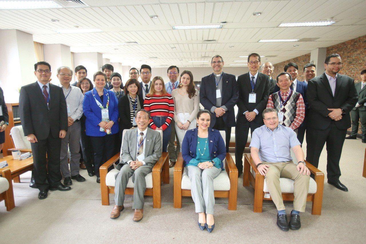 宏都拉斯第一夫人葉安娜(前排中)造訪靜宜大學,表示靜宜是天主教大學,能透過信仰、...
