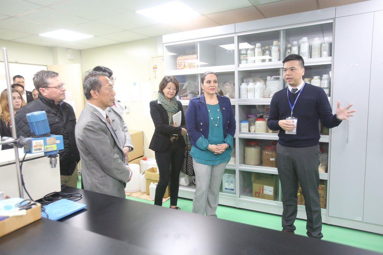宏都拉斯第一夫人葉安娜(右二)肯定靜宜大學優美的校園環境及軟硬體設備。靜宜校長唐...