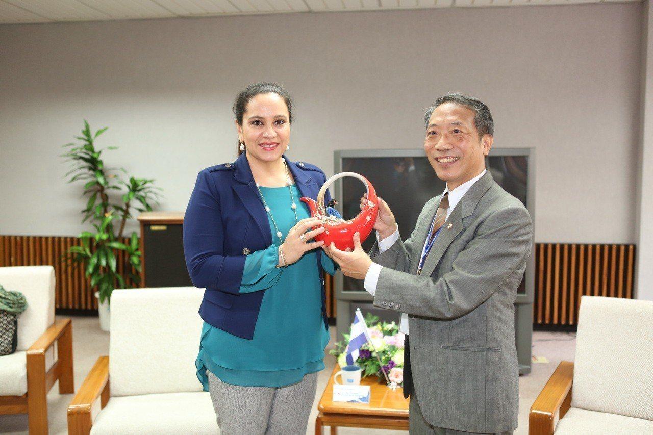 宏都拉斯第一夫人葉安娜(左)造訪靜宜大學,表示靜宜是天主教大學,能透過信仰、國際...