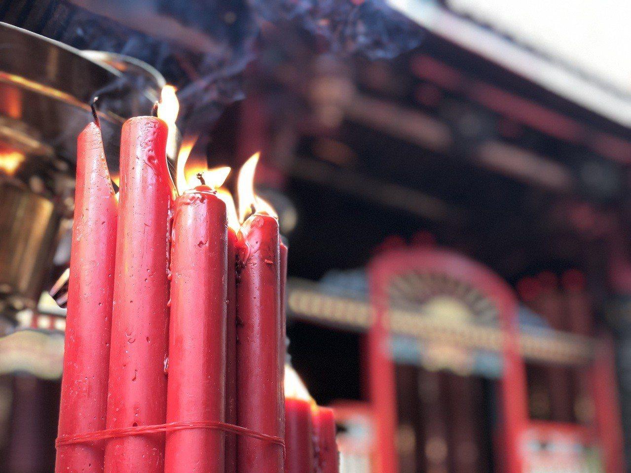 台北艋舺龍山寺將從5月1日起,禁點明火蠟燭,燭火飄搖的盛況將成絕響。記者劉柏均/...