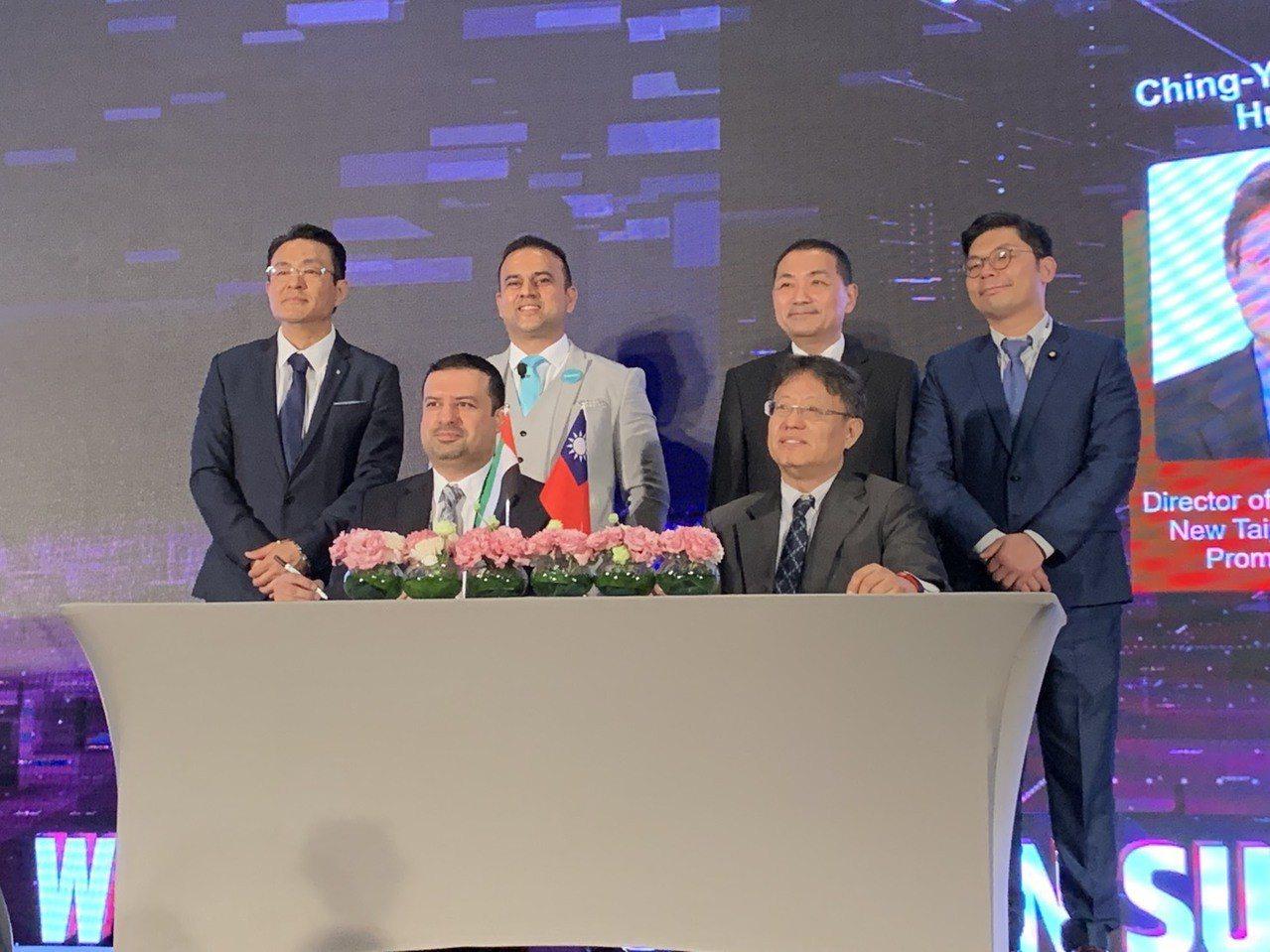 新北市創力坊暨新北市區塊鏈推動辦公室主任黃經堯(前右)今在世界區塊鏈高峰會,與杜...