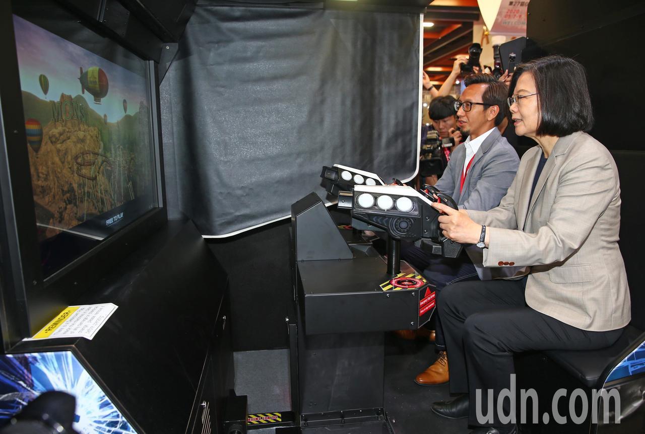 蔡英文總統(右)上午參觀台灣電子遊戲機國際產業展,並在開幕式後走到VR遊戲機前,...