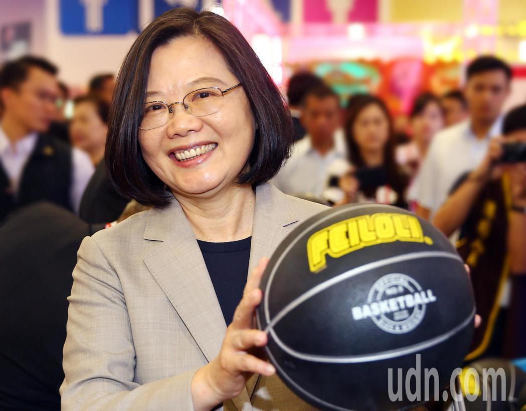 蔡英文總統參觀台灣電子遊戲機國際產業展,並試玩投籃機。蔡總統說,上次拿籃球是大學...