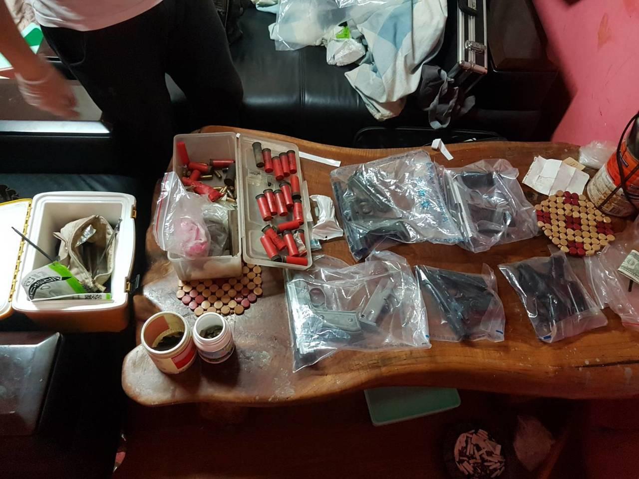 警方查扣安非他命22包(共35.4公克)、毒品吸食器、改造槍枝5把、子彈近90枚...