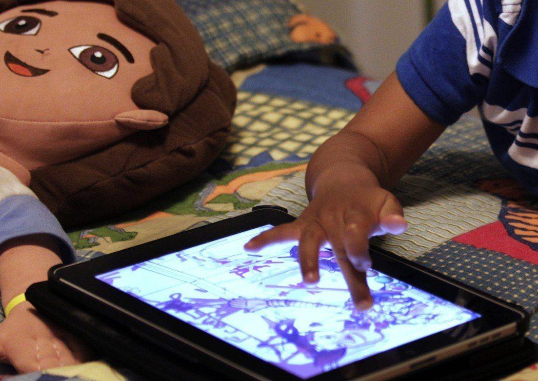 世界衛生組織24日建議,5歲以下孩童要限制螢幕時間,也要增加運動和睡眠時間。美聯...