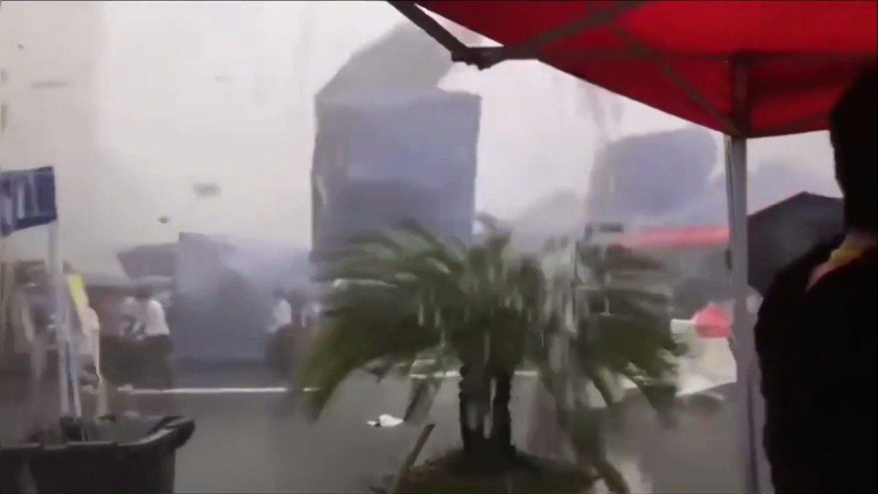 中國浙江省溫州市一間職業學校24日舉辦就業博覽會,卻遭強風暴雨和冰雹侵襲,搭建的...