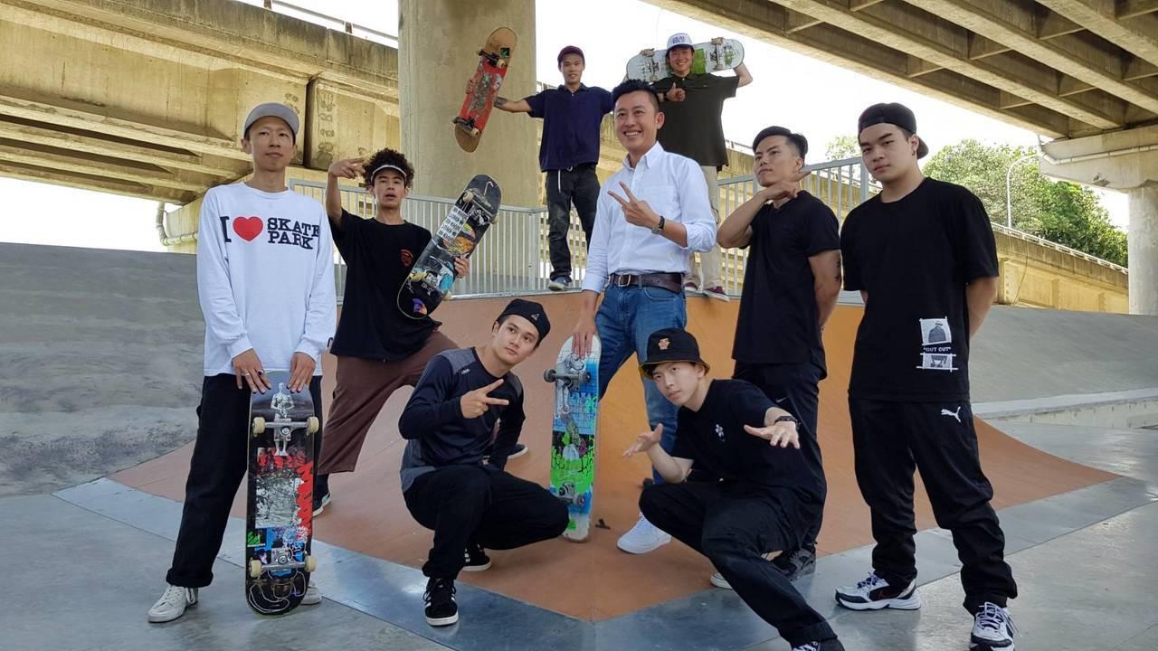 新竹市左岸滑板公園今天由市長林智堅(中)主持啟用典禮,多元滑板設施開放刺激體驗。...
