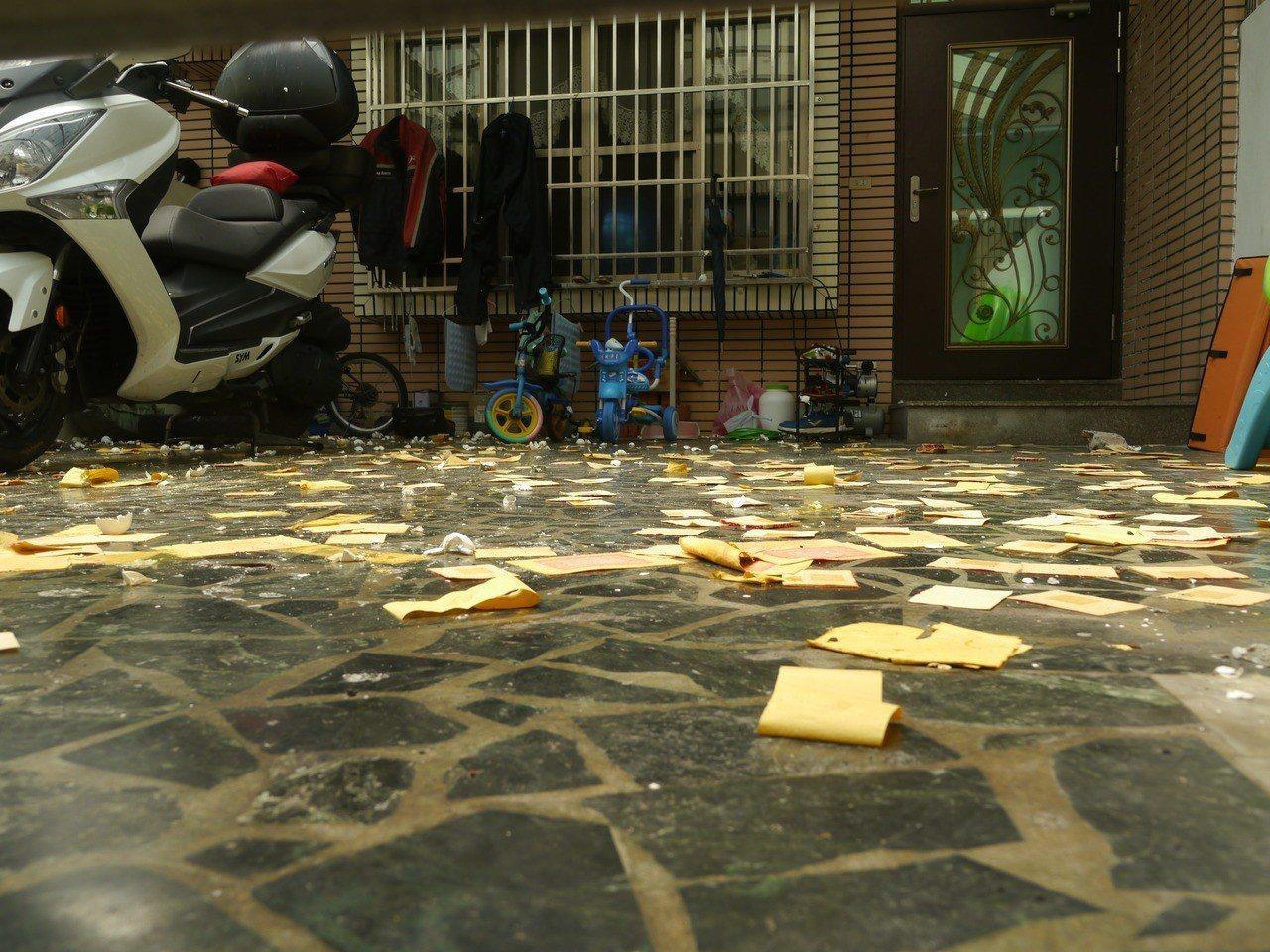 地面遺留許多冥紙,前庭還有小孩腳踏車。記者徐白櫻/攝影