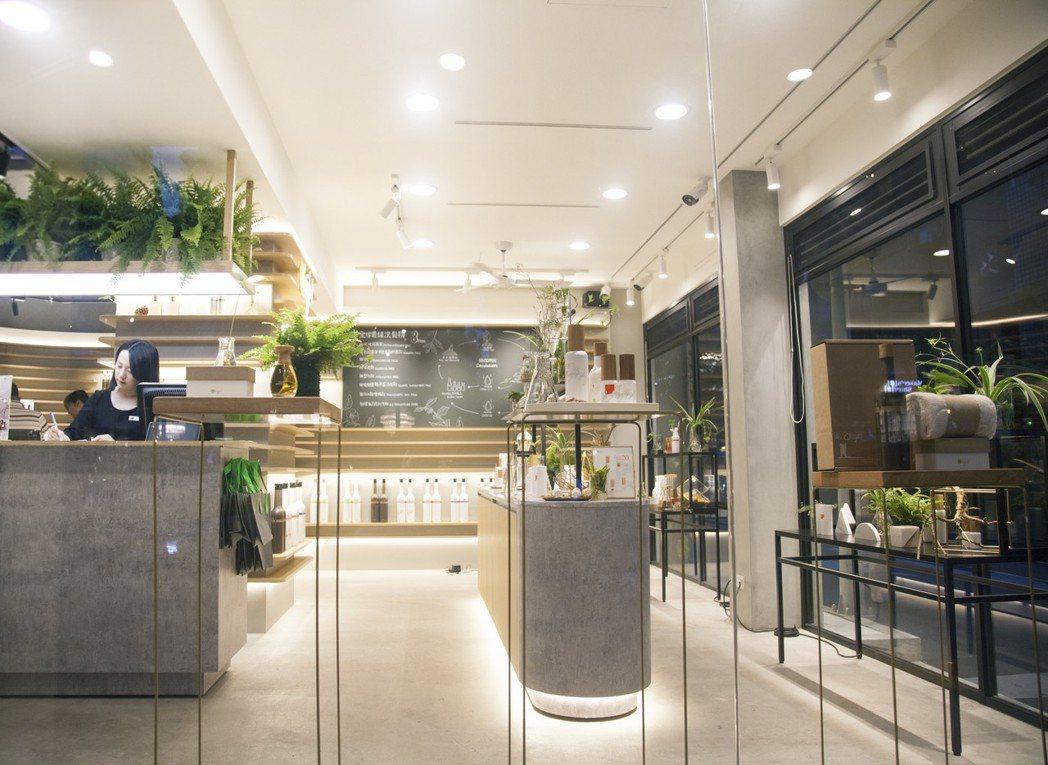 O'right歐萊德大安店內佈滿綠意及水耕植物,店內的一層層壁櫃,象徵樹木年輪的...
