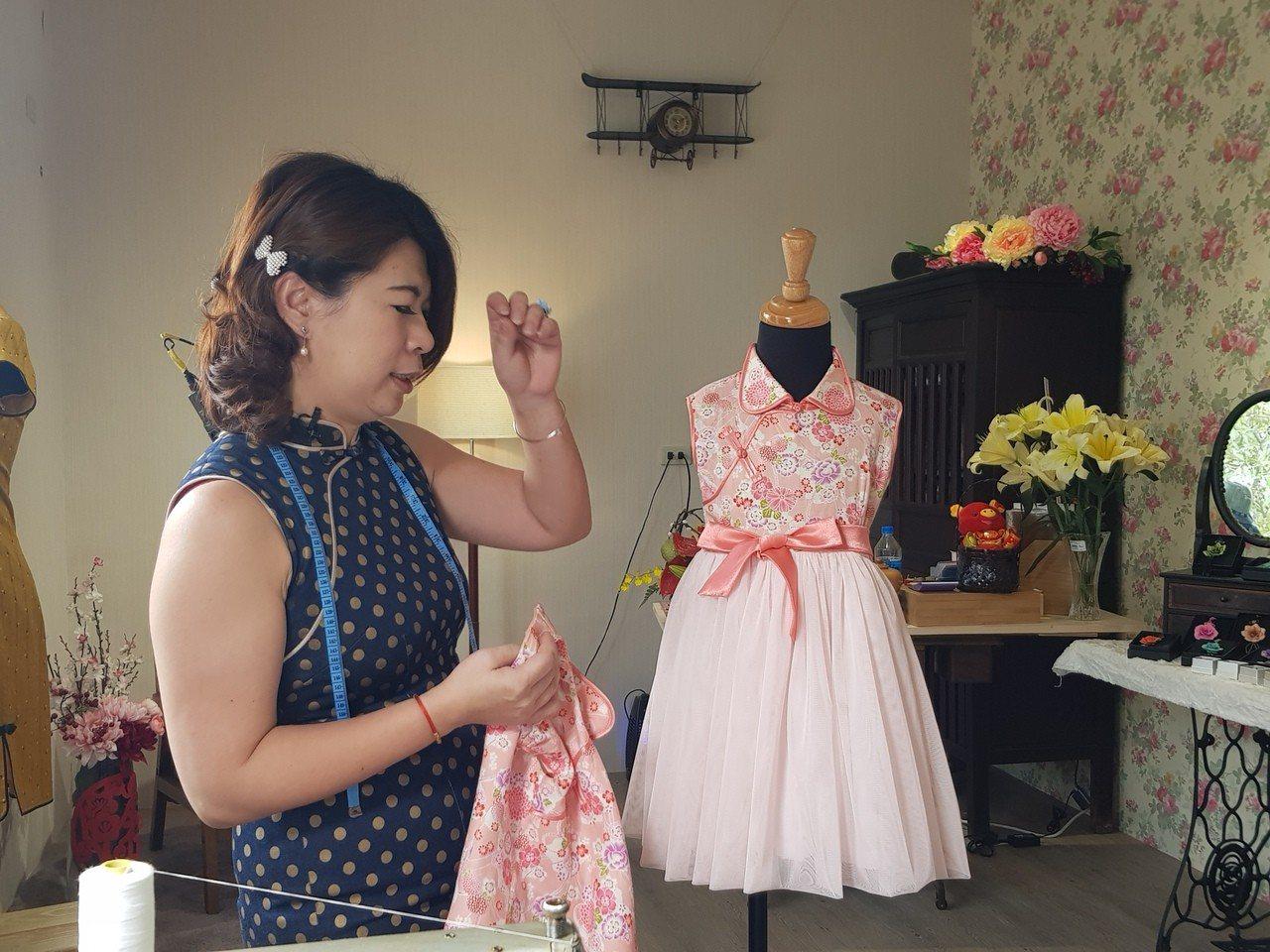 改造旗袍,結合傳統與現代風格。記者廖惠玲/攝影