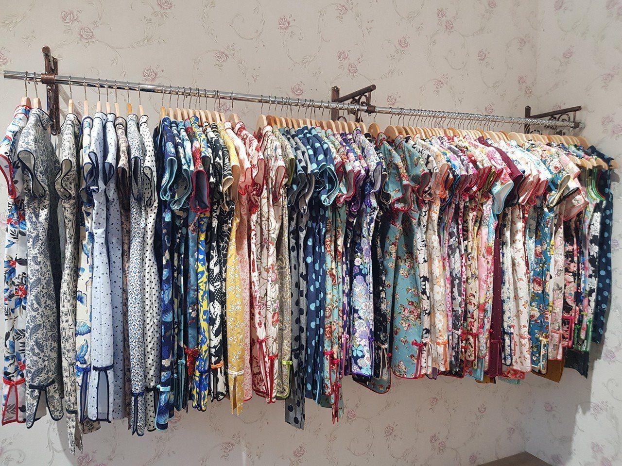 店內上百件旗袍都是何艷秋親手製作。記者廖惠玲/攝影