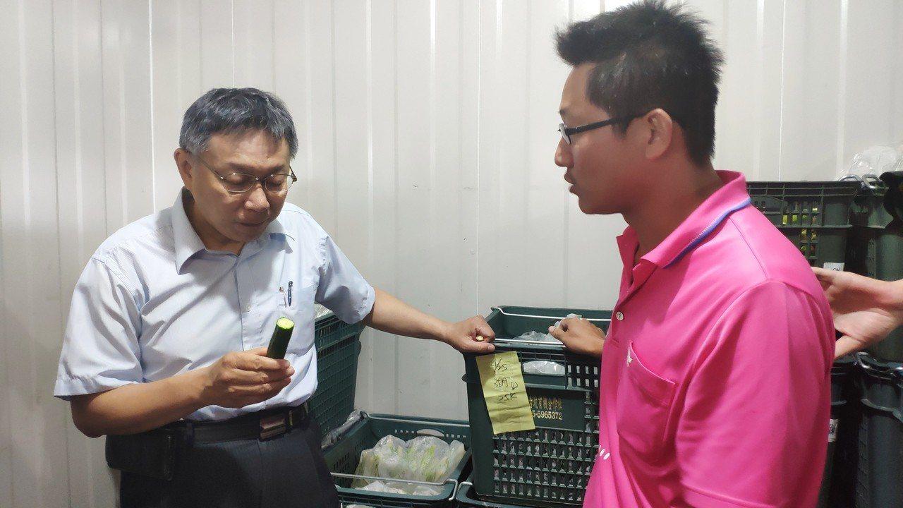 台北市長柯文哲(左)當場嗑起有機小黃瓜。記者李京昇/攝影