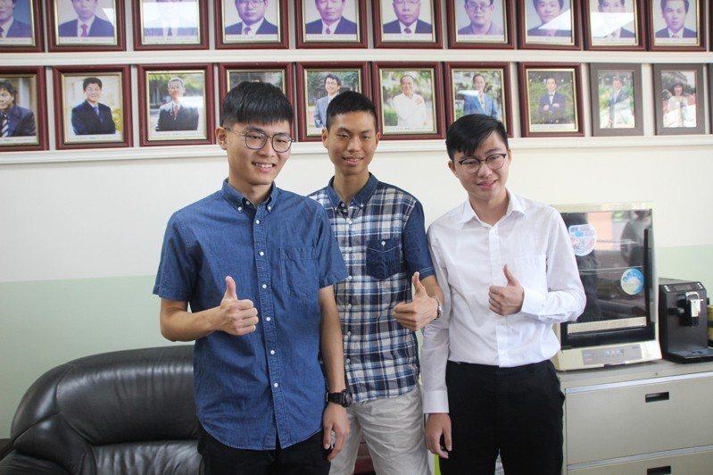 員林高中利彥承、謝禾予、陳翔濠(右至左)透過繁星推薦考取第一志願。記者林敬家/攝影