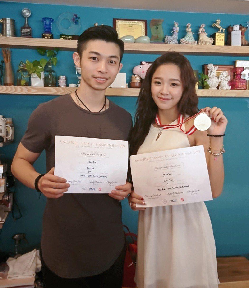 賴慧如和指導老師參加師生組比賽奪冠。圖/時代創藝提供