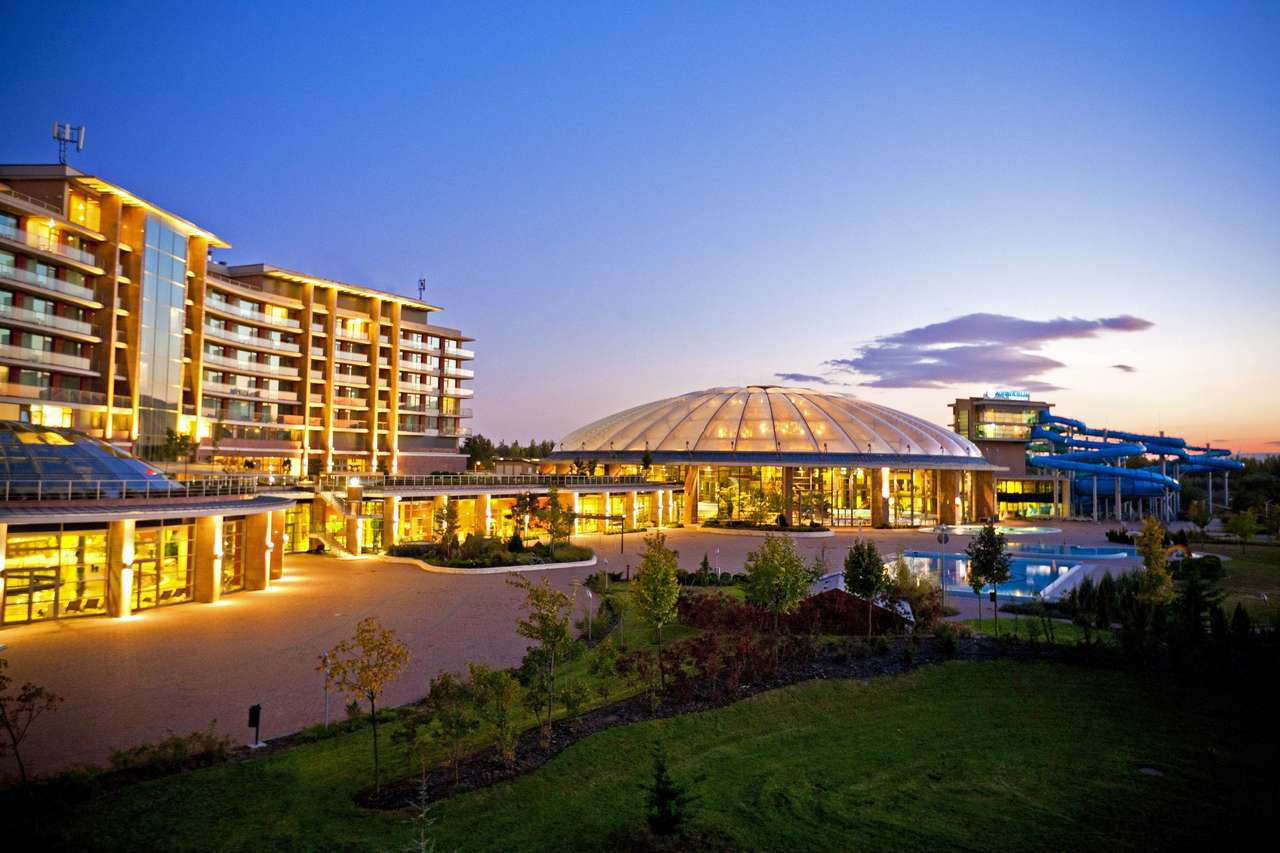 歐洲最大室內水上主題公園內的「布達佩斯水上世界度假村」,完善的SPA館,包括按摩...