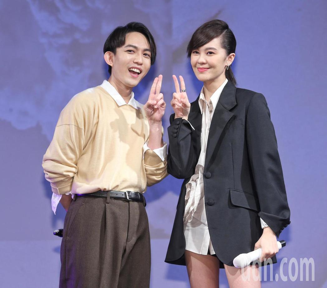 郁可唯(右)發片,林宥嘉(左)到場祝賀,並說要縮短與「2」的距離。記者鄭清元/攝...