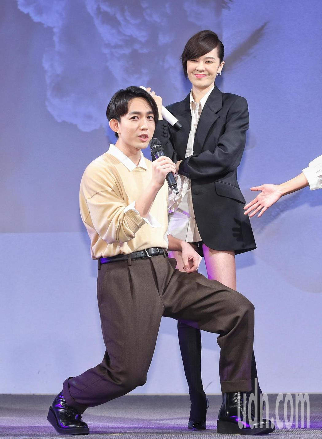 林宥嘉(左)擋住郁可唯(右),笑說不要讓美腿模糊歌聲焦點。記者鄭清元/攝影