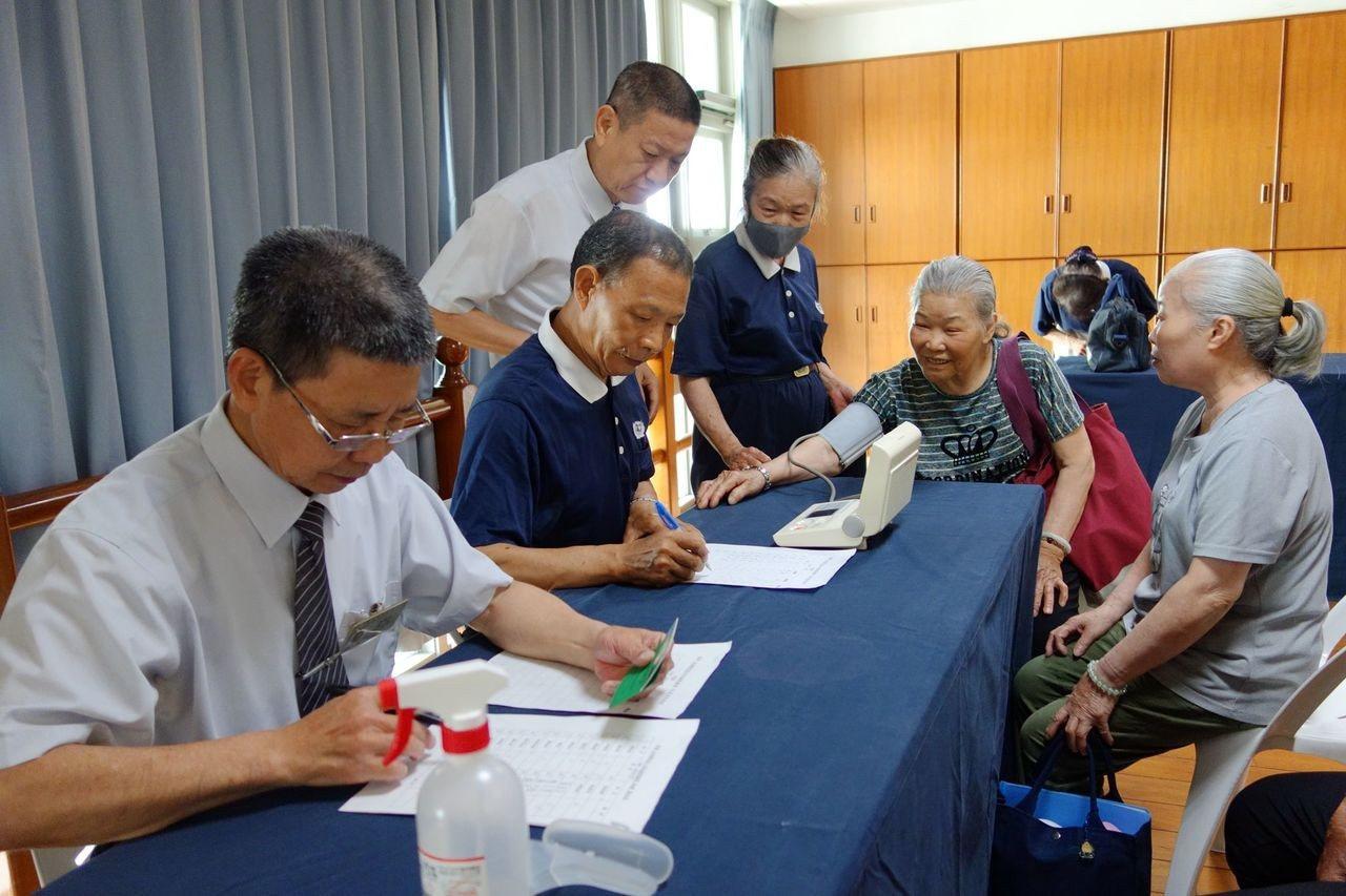 慈濟基金會台南分會「社區關懷據點」今天啟用,到場銀髮族先志工先記錄血壓。圖/台南...