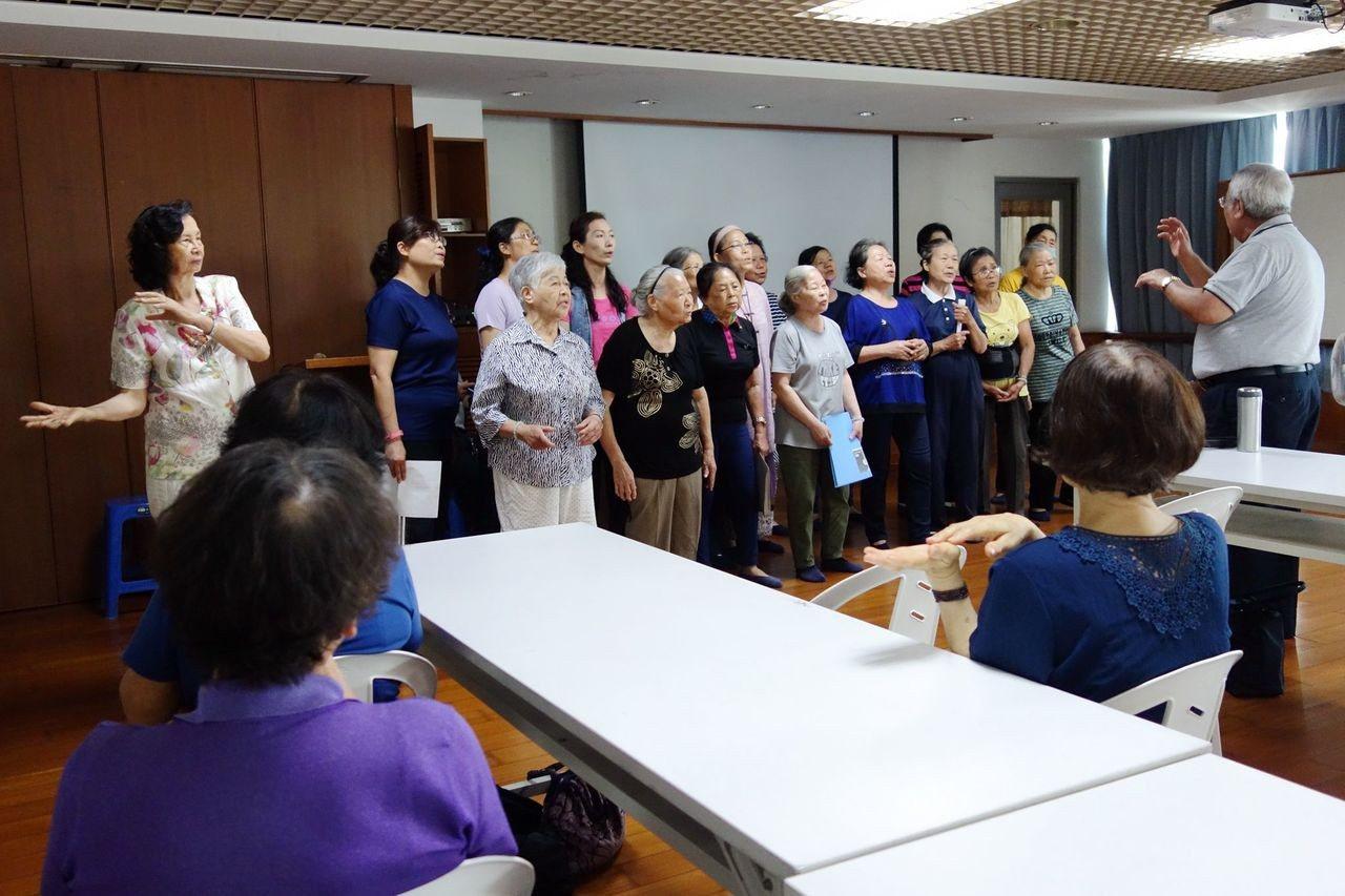 「萬歲合唱團」成員演唱,柔和曲調讓人忍不住跟著唱。圖/台南分會提供