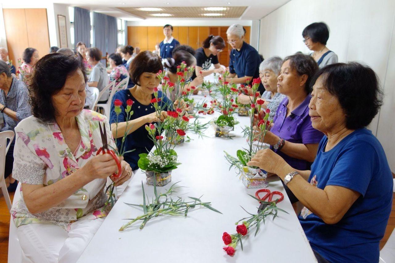 香草園藝輔療計畫,讓長輩們藉共同完成作品,體驗園藝種植的樂趣。圖/台南分會提供