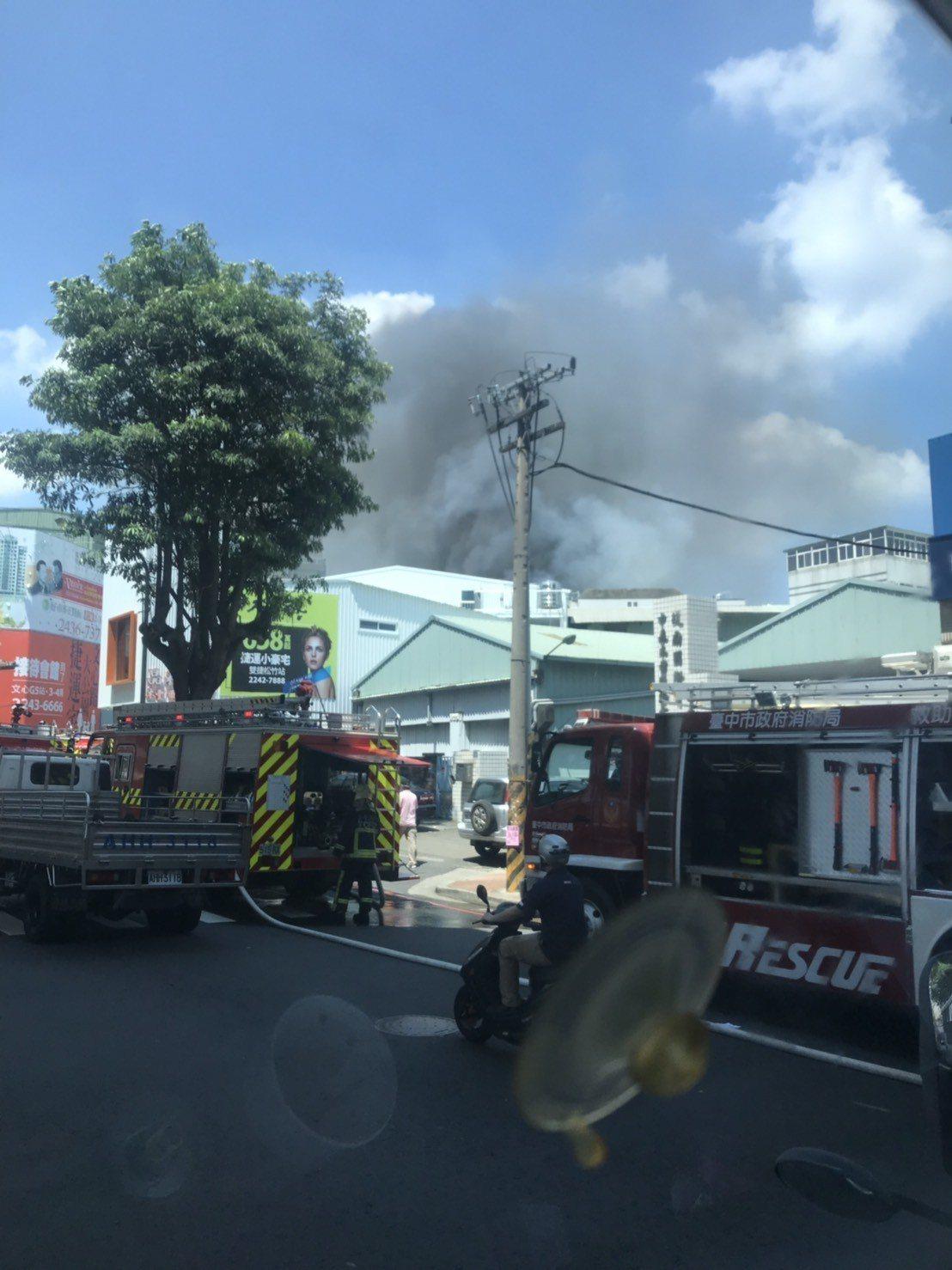 台中北屯一家真空鍍金工廠火警,消防全力滅火。讀者提供