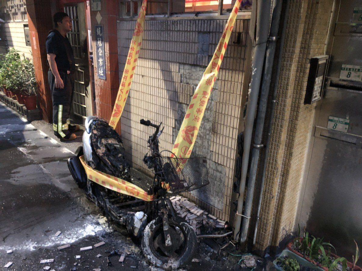新北市永和區23日傳出機車突然爆炸的意外,永和警方表示,經消防人員初步勘驗,現場...
