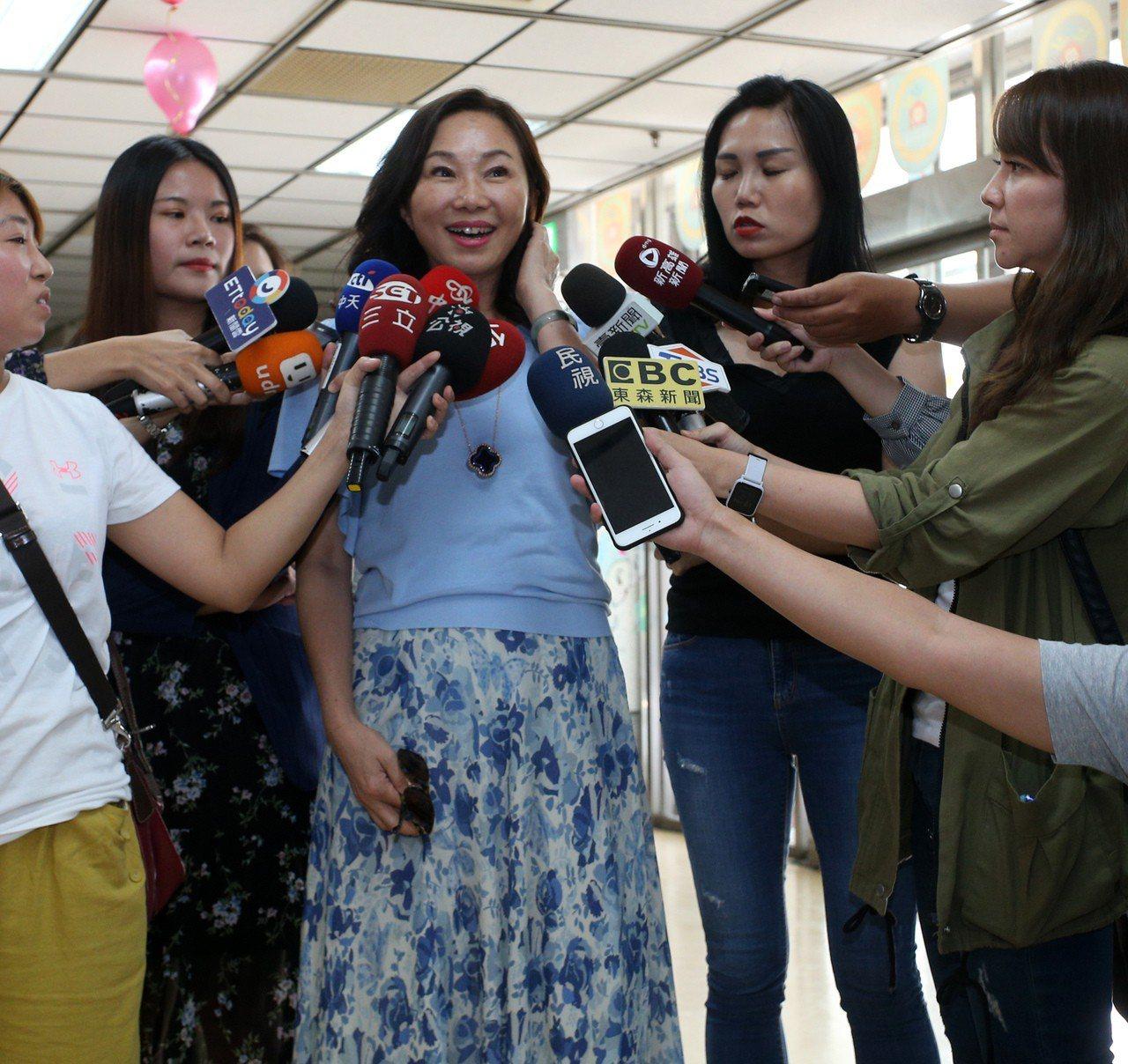 高雄市長韓國瑜夫人李佳芬今天中午出席無障礙之家公益活動,他表示當初是出版社跟黃光...
