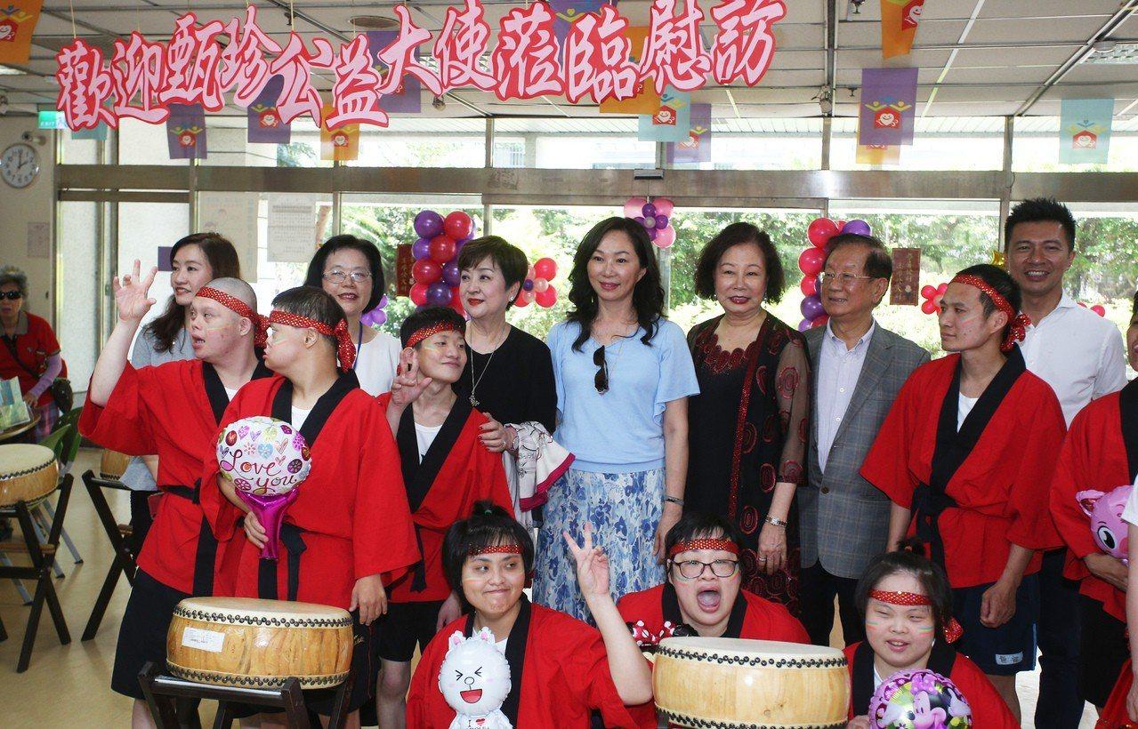 高雄市長韓國瑜夫人李佳芬今天中午出席無障礙之家公益活動,與小朋友們開心合影。記者...