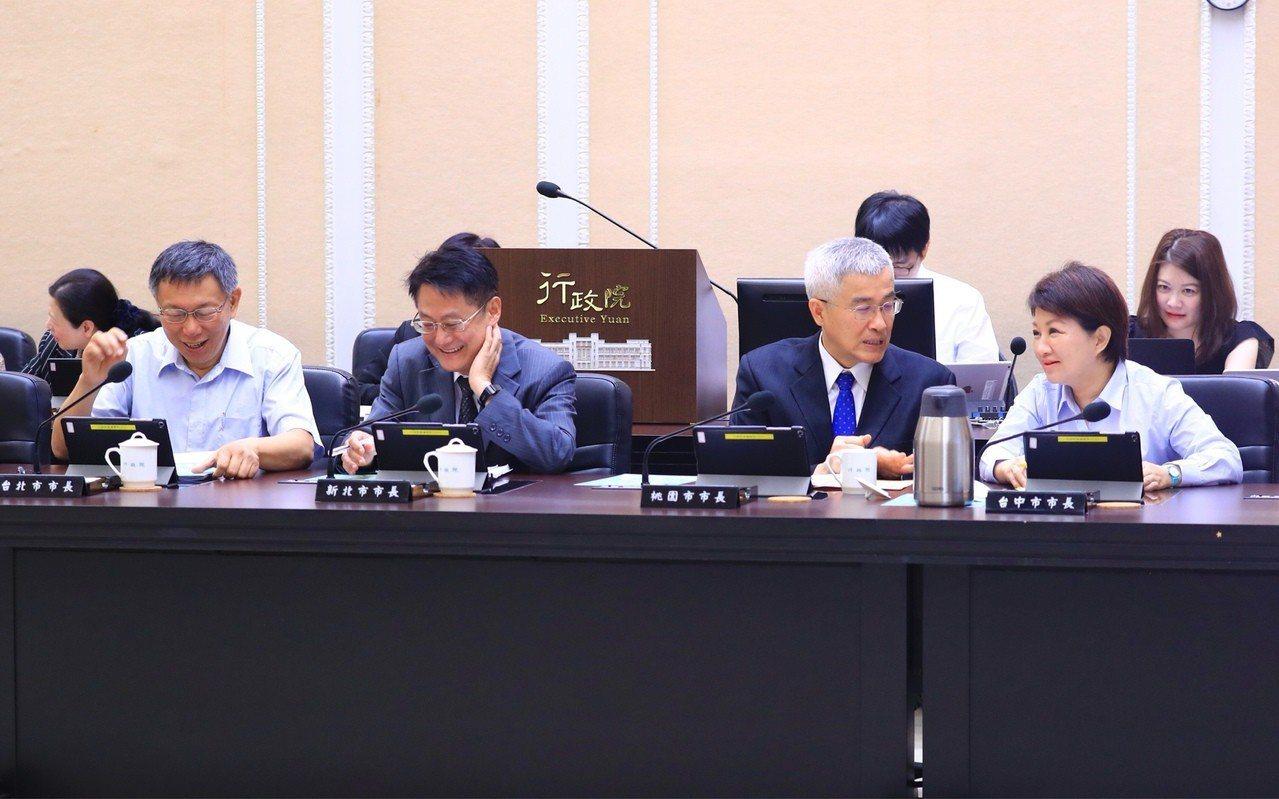 行政院長蘇貞昌昨點名高雄市長韓國瑜「沒來參加院會」,今天的行政院會上,台北市長柯...