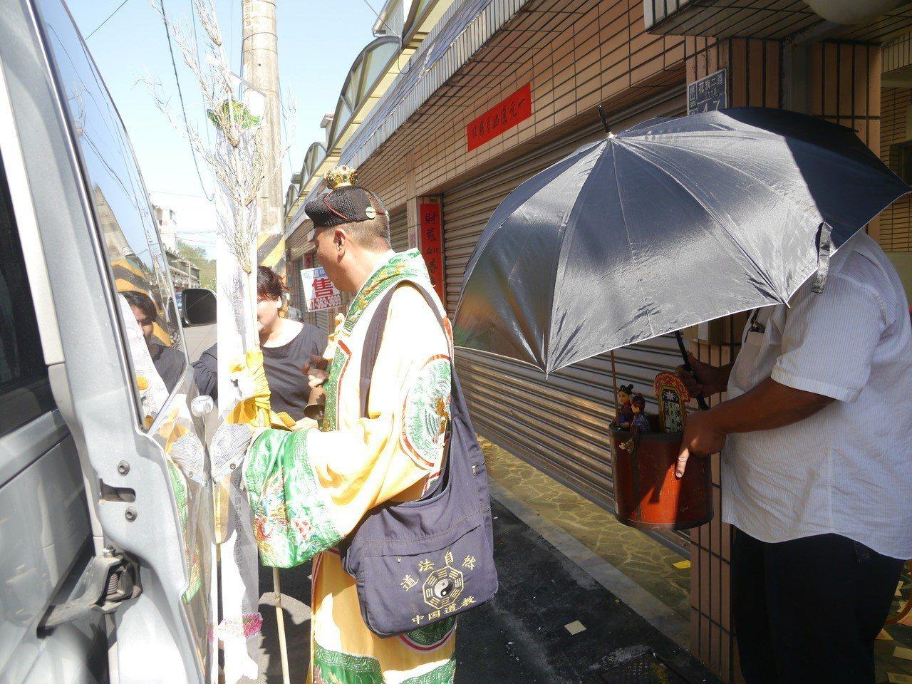 旗山一歲半男童疑遭保母施虐致死,家屬今天下午去招魂。記者徐白櫻/攝影