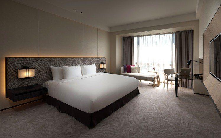 酒店「雅緻客房」空間寬敞舒適,提供旅客絕佳入住體驗。圖/台南大員皇冠假日酒店提供