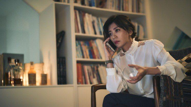賈靜雯在《我們與惡的距離》穿的這件Paul & Joe的過季白色襯衫已經賣光。圖...