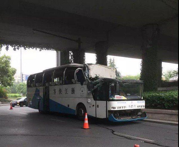 大巴士車頭幾乎被整個削平,整輛車的玻璃都因撞擊震成碎片,散落一地,現場充斥小朋友...