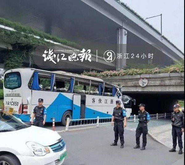 大巴士車頭幾乎被整個削平,整輛車的玻璃都因撞擊震成碎片,散落一地。圖:錢江晚報