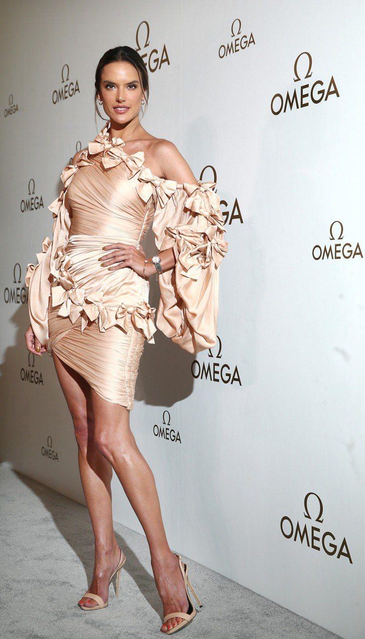 超模Alessandra Ambrosio首度為歐米茄來台,演繹星座系列曼哈頓表...