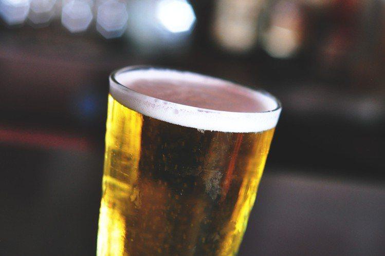 用啤酒洗臉,要小心酒精。圖/摘自Pelexs