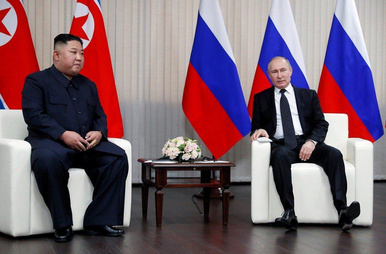 俄羅斯總統普亭與北韓國家領導人金正恩25日在海參崴的遠東聯邦大學校舍會面,舉行兩...