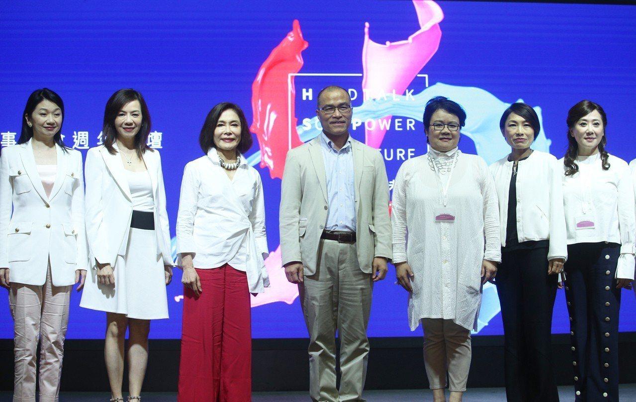 台灣女董事協會今在高雄舉辦論壇,高市副市長葉匡時(左四)出席致詞。記者劉學聖/攝...