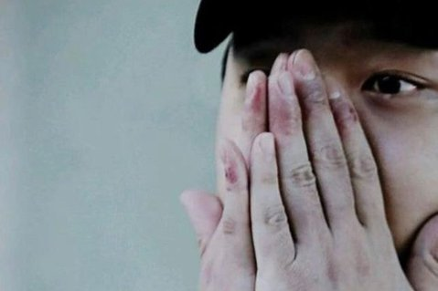 韓星朴有天被國家科學搜查驗出毒品呈現陽性反應,證實他染毒。他今(25日)再次否認吸毒,而有網友挖出近幾年他的小腿照片,發現有吸毒者常見的皮膚潰爛情況,照片相當嚇人!朴有天被前女友黃荷娜指出2人曾一起...