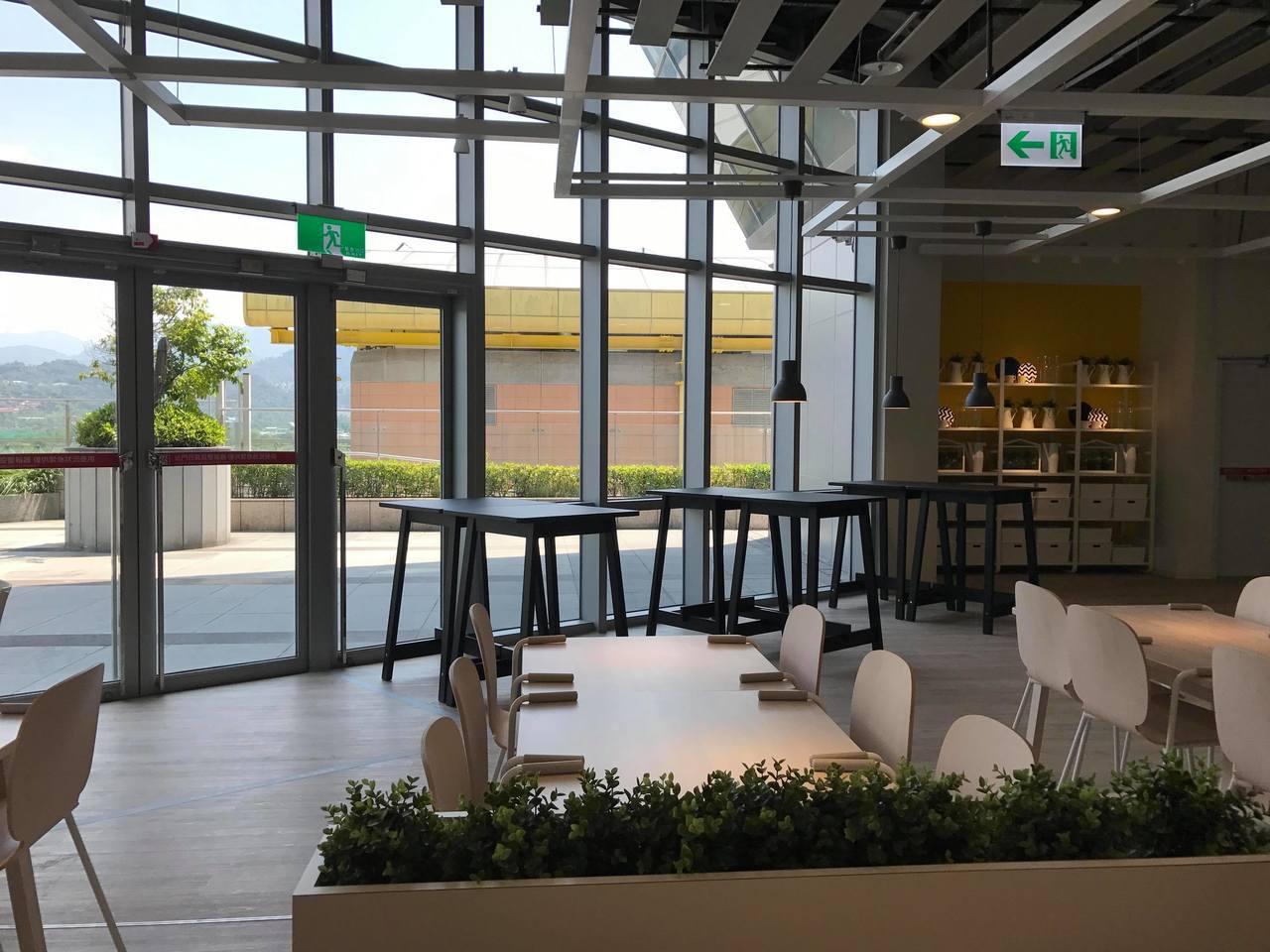 IKEA新店店的瑞典餐廳戶外連結陽光運動公園廊道。記者陳立儀/攝影